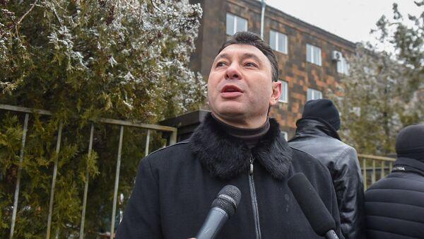 Эдуард Шармазанов перед зданием суда, где проходит заседание по дизельному делу (25 февраля 2020). Еревaн - Sputnik Արմենիա