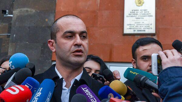 Адвокат Сержа Саргсяна Амрам Макинян отвечает на вопросы журналистов перед зданием суда по окончанию заседания по дизельному делу (25 февраля 2020). Еревaн - Sputnik Армения