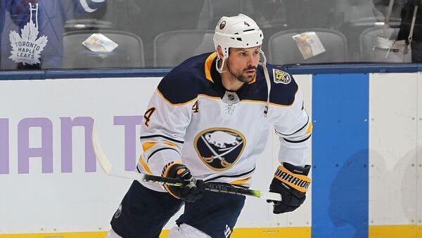 Зак Богосян из Баффало Сейбрз разминается перед игрой против Торонто Мэйпл Лифс в матче НХЛ (30 ноября 2019). Торонто - Sputnik Армения