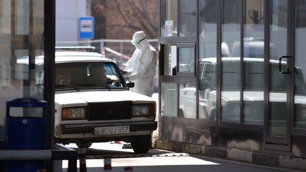 Проверка водителя тепловизором на наличие температуры на пограничном пункте Грузии и Азербайджана - Sputnik Արմենիա