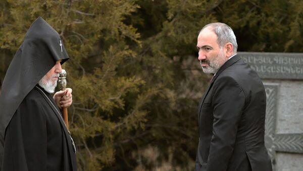 Премьер-министр Никол Пашинян и католикос Гарегин II в Цицернакаберде на церемонии почитания памяти жертв в Сумгаите (28 февраля 2020). Еревaн - Sputnik Армения