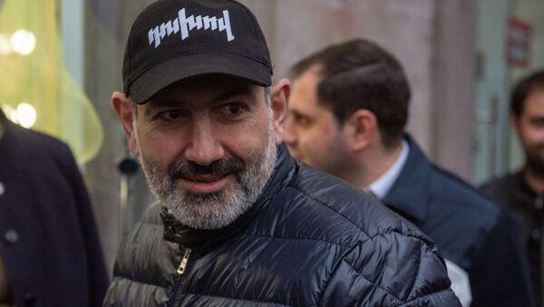 Премьер-министр Никол Пашинян раздает агитационные буклеты на проспекте Маштоца (29 февраля 2020). Еревaн - Sputnik Армения