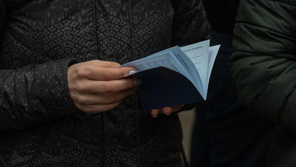 Премьер-министр Никол Пашинян раздает агитационные буклеты на проспекте Маштоца (29 февраля 2020). Еревaн - Sputnik Արմենիա