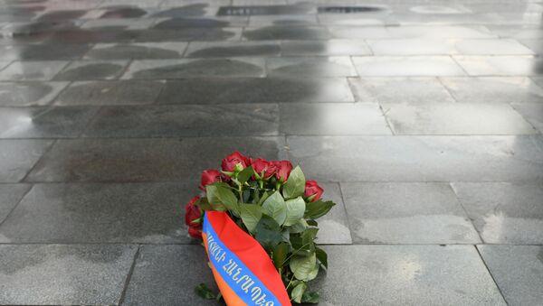 Скорбный венок от имени президента Армена Саркисяна в память жертвам 1 марта 2008 года (1 марта 2020). Еревaн - Sputnik Армения