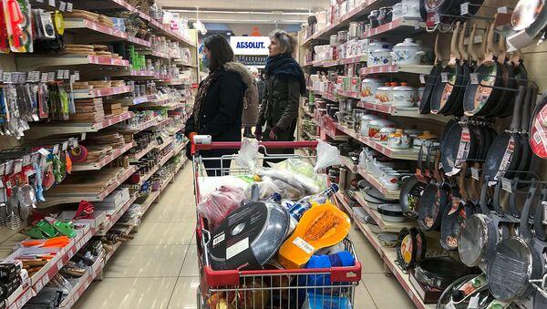 Покупатели в хозяйственном отделе супермаркета - Sputnik Армения