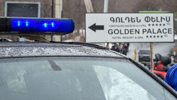 Полицейский автомобиль на закрытом перекрестке, ведущим к отелю Golden Palace (1 марта 2020). Цахкадзор - Sputnik Արմենիա