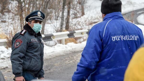 Полицейский на закрытом перекрестке, ведущим к отелю Golden Palace (1 марта 2020). Цахкадзор - Sputnik Արմենիա