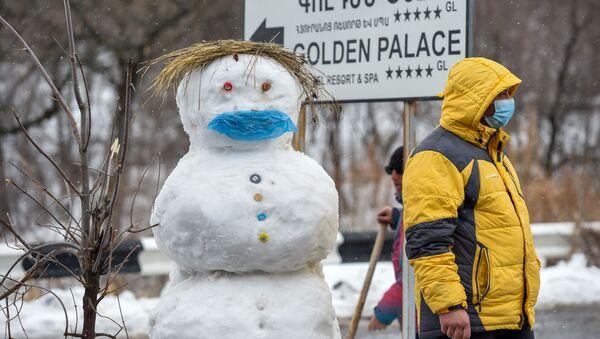 Мужчина на закрытом перекрестке, ведущим к отелю Golden Palace (1 марта 2020). Цахкадзор - Sputnik Արմենիա