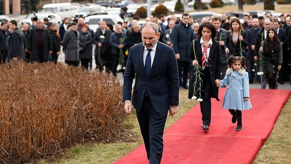Премьер-министр Никол Пашинян с семьей почтил память жертв 1 марта 2008 года (1 марта 2020). Еревaн - Sputnik Армения