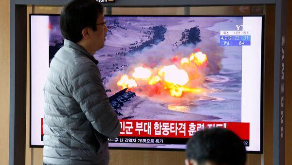 Репортаж по телевизору о том, как Северная Корея выпустила два неопознанных снаряда (2 марта 2020). - Sputnik Армения