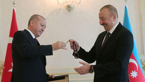 Президент Азербайджана Ильхам Алиев получает четки от своего турецкого коллеги Тайипа Эрдогана (25 февраля 2020). Баку - Sputnik Արմենիա