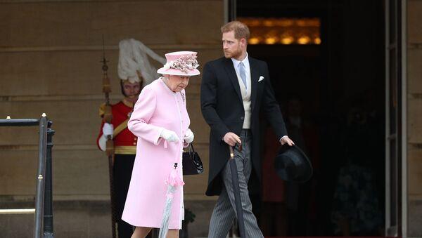 Королева Великобритании Елизавета II и принц Гарри, герцог Сассексский прибывают на вечеринку в саду королевы в Букингемский дворец (29 мая 2019). Лондон - Sputnik Армения