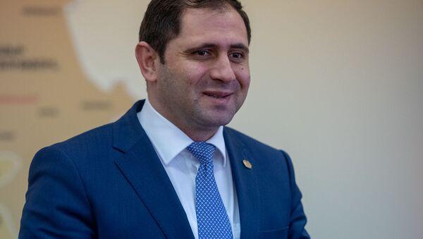 Министр Сурен Папикян на церемонии вручения сертификатов для приобретения недвижимости беженцам из Азербайджанской ССР (4 марта 2020). Еревaн - Sputnik Армения
