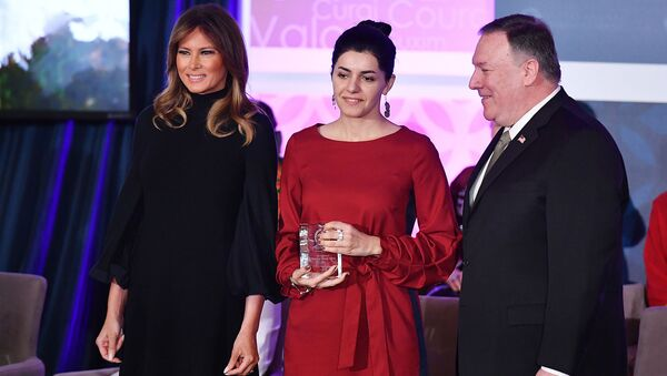 Лауреат премии International Women of Courage (IWOC) Люси Кочарян с госсекретарем США Майком Помпео и первой леди Меланией Трамп в Государственном департаменте (4 марта 2020). Вашингтон - Sputnik Արմենիա