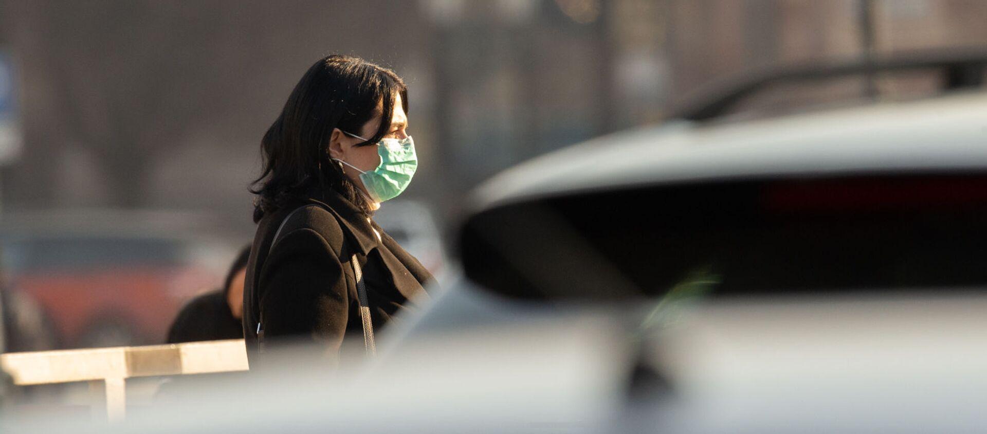 Молодая женщина в защитной маске на улице Еревaна (5 марта 2020). - Sputnik Արմենիա, 1920, 07.07.2021