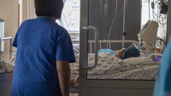 Медсестра у постели пациента в медцентре «Сурб Аствацамайр» - Sputnik Արմենիա