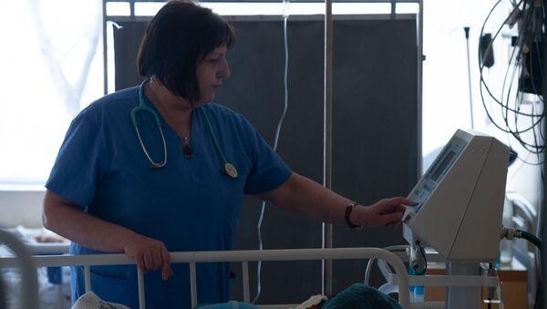 Медсестра у постели пациента в медцентре «Сурб Аствацамайр» - Sputnik Армения