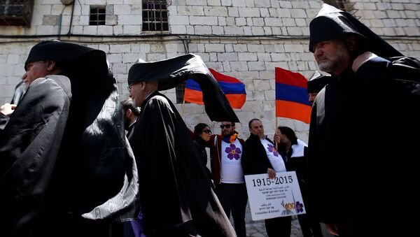 Армянские священники проходят мимо членов общины с армянскими флагами - Sputnik Արմենիա