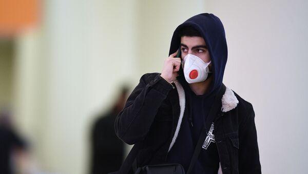 Пассажир в защитной маске в аэропорту Шереметьево - Sputnik Армения