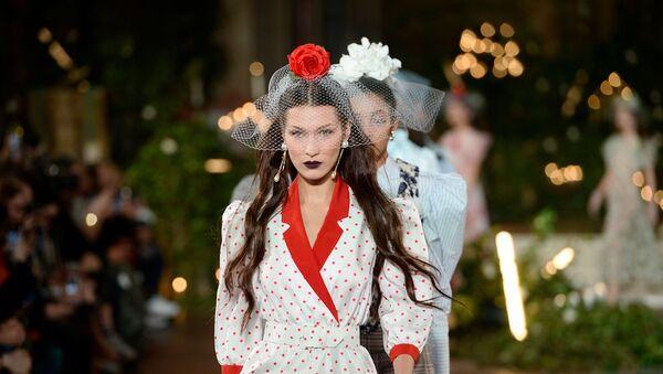 Белла Хадид ходит по подиуму для Rodarte во время Недели моды в Нью-Йорке (11 февраля 2020). Нью-Йорк - Sputnik Արմենիա