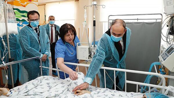 Премьер-министр Никол Пашинян посетил 13-летнюю Назели Хачатрян в МЦ Сурб Аствацамайр (8 марта 2020). Еревaн - Sputnik Армения