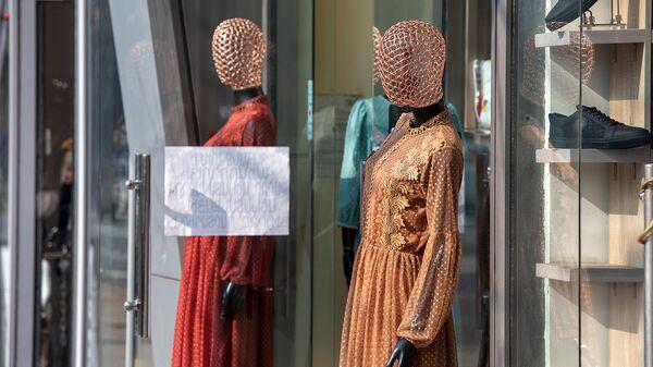 Манекены на витрине магазина - Sputnik Армения