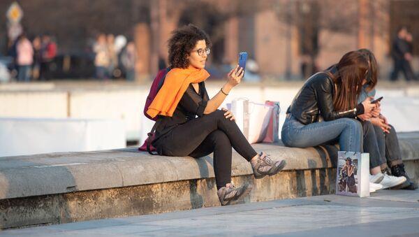 Девушки со смартфонами - Sputnik Արմենիա