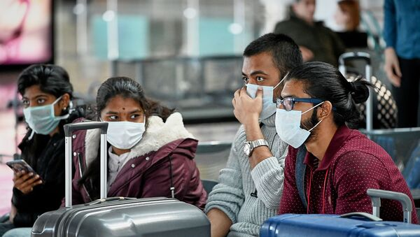 Пассажиры в защитных масках в аэропорту Тбилиси - Sputnik Արմենիա