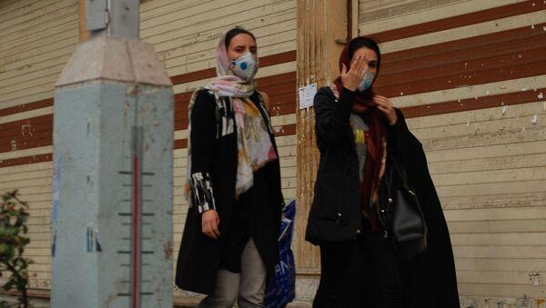 Жители Тегерана в медицинских масках на одной из центральных улиц - Sputnik Армения