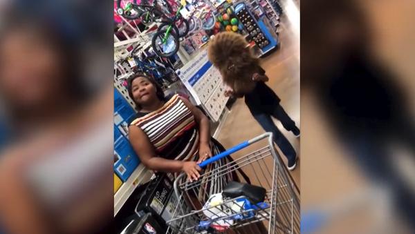 Мальчик решил напугать маму в магазине, но пожалел об этом – видео - Sputnik Արմենիա