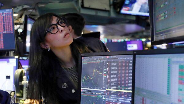 Специалист Нью-Йоркской фондовой биржи наблюдает за цифрами на мониторе (9 марта 2020).  - Sputnik Армения