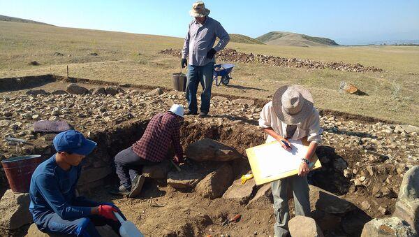 Археологи на Артанишском могильнике - Sputnik Армения