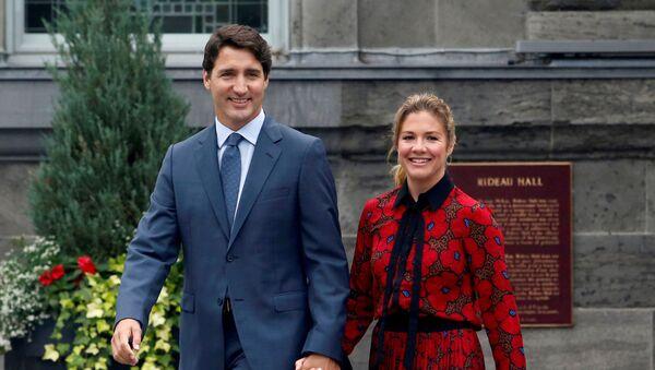 Премьер-министр Канады Джастин Трюдо и его жена Софи Грегуар Трюдо покидают Ридо-Холл после того, как попросили генерал-губернатора Джули Пайетт распустить парламент и отметить начало Федеральной избирательной кампании в Канаде, (11 сентября 2020). Оттава - Sputnik Армения