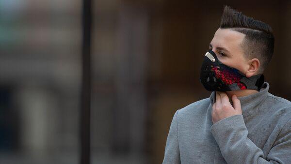 Молодой человек в защитной маске на Северном проспекте (5 марта 2020). Еревaн - Sputnik Армения