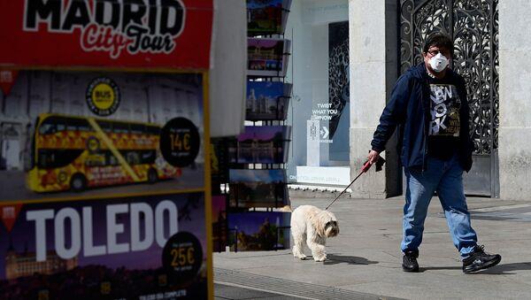 Мужчина в маске выгуливает собаку (14 марта 2020). Мадрид - Sputnik Армения