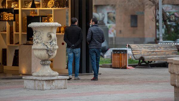 Молодые люди в Ереванском вернисаже (16 марта 2020). Еревaн - Sputnik Արմենիա