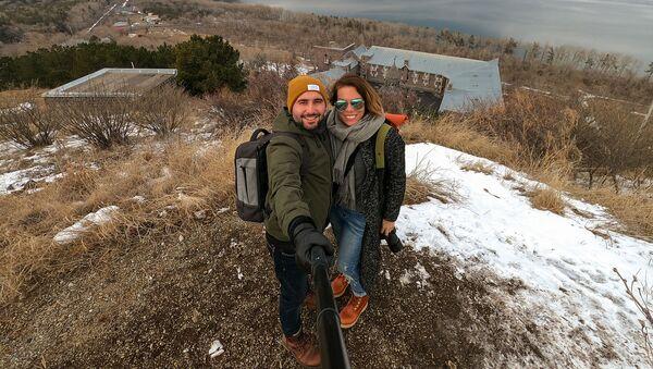Трэвел-блогер Меган Стар с блогером Арамом Варданяном на севанском полуострове - Sputnik Արմենիա
