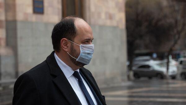 Араик Арутюнян покидает здание Дома правительства после пресс-конференции (18 марта 2020). Еревaн - Sputnik Արմենիա