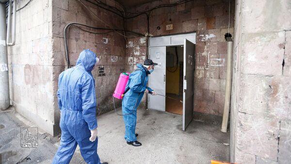 Дезинфекция подъездов и лифтов многоквартирных жилых зданий столицы (18 марта 2020). Ереван - Sputnik Արմենիա