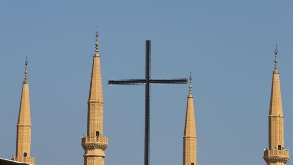 Крест бейрутской Церкви Лазарита на фоне минаретов мечети Мухаммеда аль-Амина в центре ливанской столицы (9 октября 2014). Бейрут - Sputnik Армения