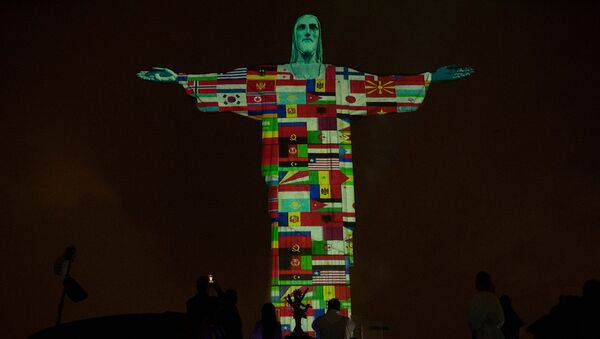 Статуя Христа-Искупителя освещена флагами стран, в настоящее время пораженных новым коронавирусом (18 марта 2020). Рио-де-Жанейро - Sputnik Армения