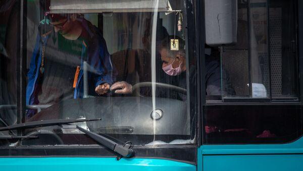 Водитель и пассажиры общественного транспорта в Ереване - Sputnik Армения