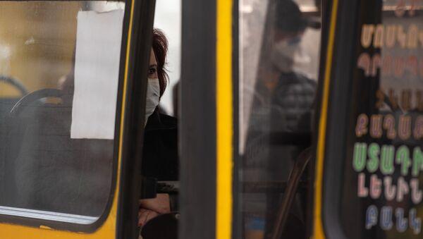 Пассажиры общественного транспорта в Ереване - Sputnik Армения