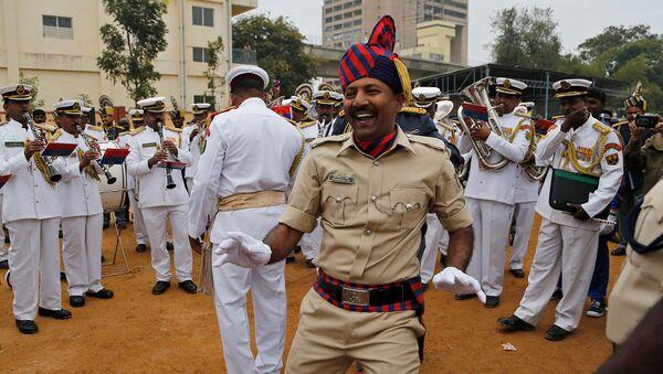 Танцующий полицейский в Индии - Sputnik Армения