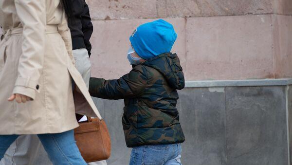 Мальчик в защитной маске на проспекте Тиграна Меца - Sputnik Արմենիա