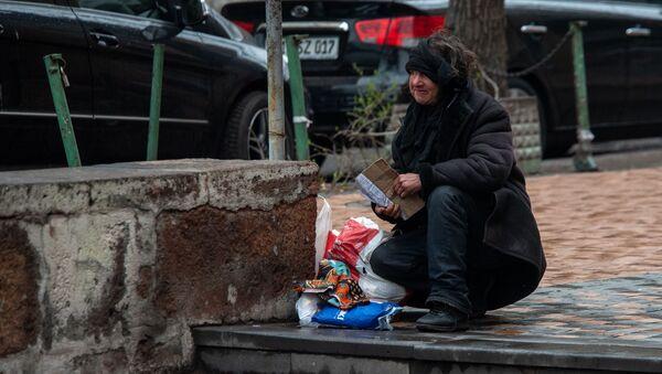 Бездомная женщина у станции метро Площадь Республики - Sputnik Армения