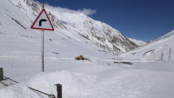 Процесс очистки от снега участка Коби-Гудаури  автомобильной дороги Мцхета-Степанцминда-Ларс - Sputnik Армения