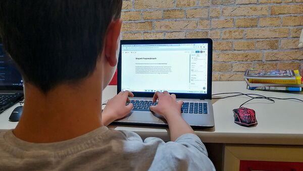 Ученик 8-го класса во время онлайн обучения - Sputnik Армения