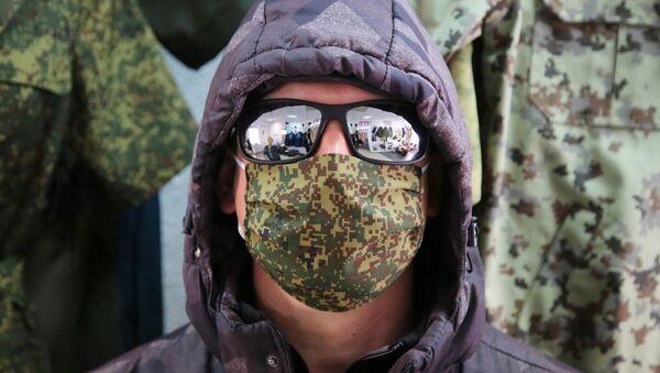 Человек в медицинской маске в Донецке - Sputnik Армения