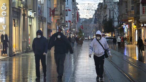 Прохожие в медицинских масках на одной из улиц в Стамбуле - Sputnik Армения